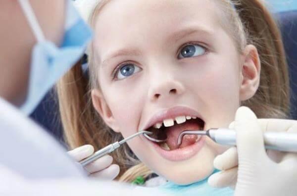 Почему возникают тремы зубов