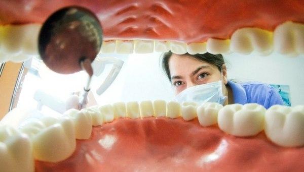 Почему у взрослых не выпадают молочные зубы